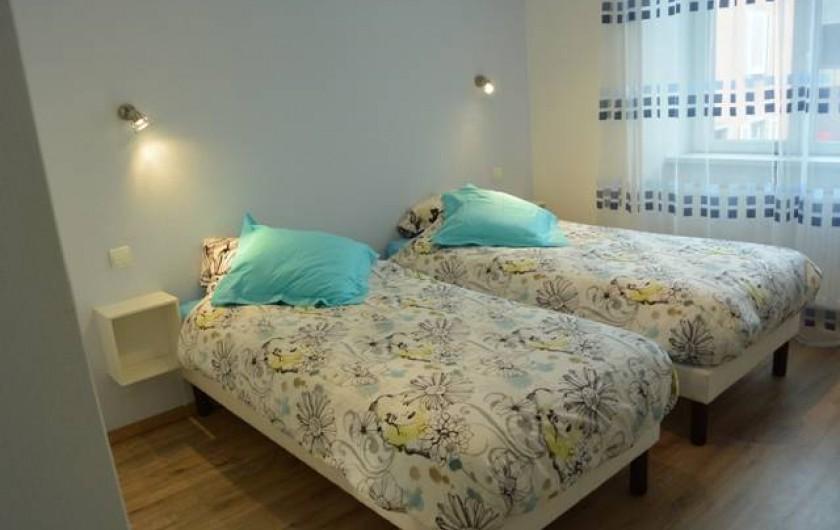 Location de vacances - Appartement à Kaysersberg - grande chambre avec 2 lits de 90 et placard