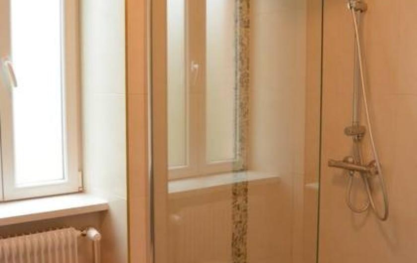 Location de vacances - Appartement à Kaysersberg - salle d'eau avec douche à l'italienne vasque