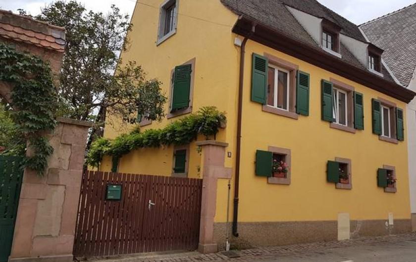 Location de vacances - Appartement à Kaysersberg - grande maison avec sa belle façade portail