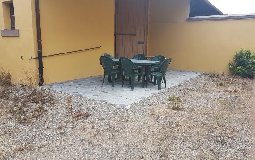 Location de vacances - Appartement à Kaysersberg - salon de jardin dans la cour privative