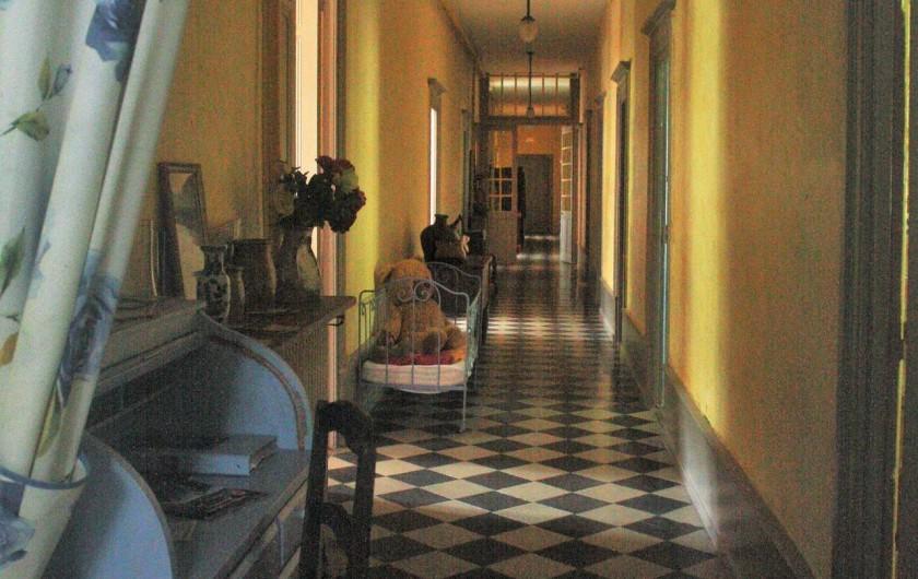 Location de vacances - Château - Manoir à Burzet - Couloir desservant les chambres