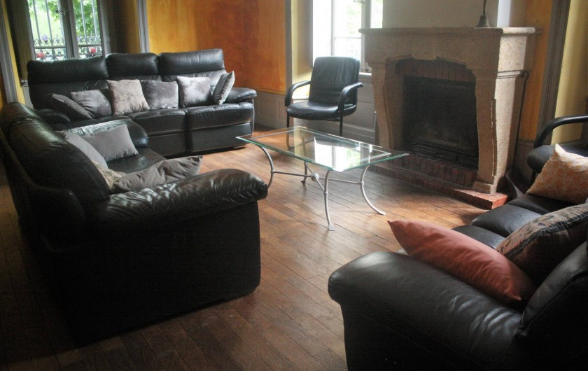 Location de vacances - Château - Manoir à Burzet - Salon en cuir avec cheminée