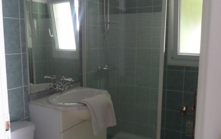 Location de vacances - Villa à Châtelaillon-Plage - Salle d'eau en RdC avec douche de 1,4 x 0,8m, meuble vasque et WC