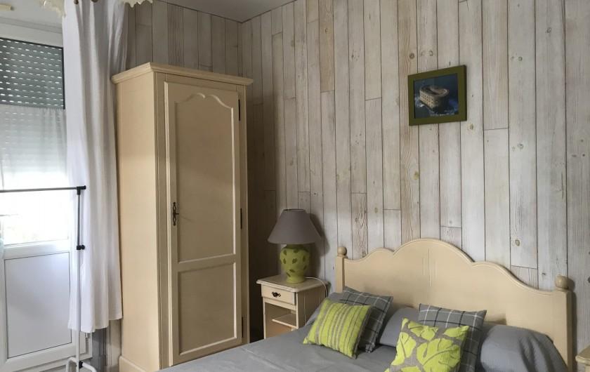 Location de vacances - Villa à Châtelaillon-Plage - Chambre RdC accès direct sur rue, lit de 1,4m, armoire, écritoire...