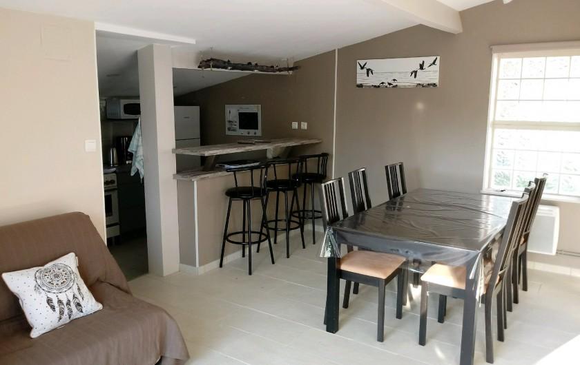 Location de vacances - Gîte à Chaillevette - le séjour et la cuisine