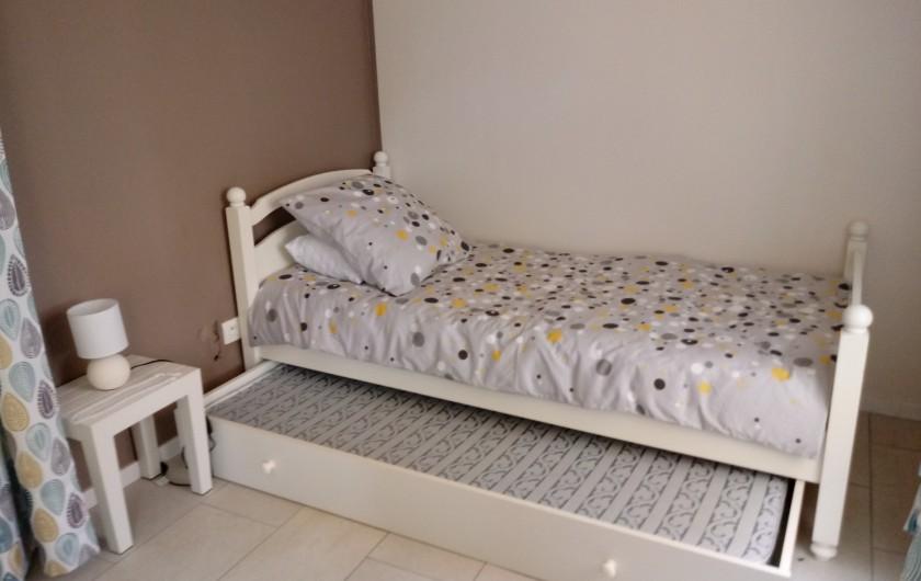 Location de vacances - Gîte à Chaillevette - le 2 eme lit de la grande chambre (2) qui est séparé par un rideau