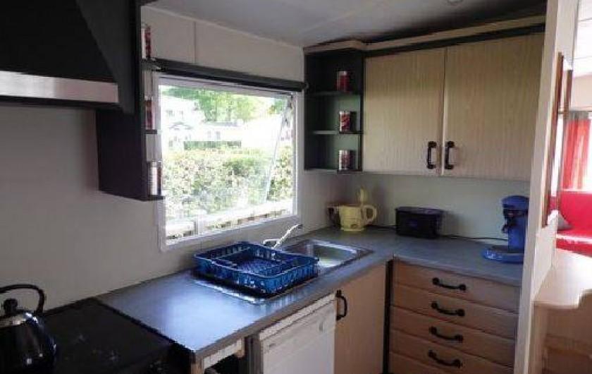 Location de vacances - Camping à La Palmyre - Coin cuisine avec tous les aménagements et équipements d'une maison