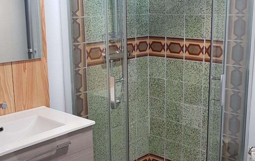 Location de vacances - Appartement à Charleval - salle d'eau avec cabine de douche en 90