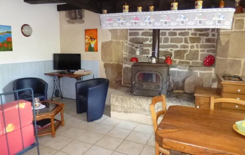 Location de vacances - Gîte à Bieuzy - pièce du bas salon,poële ,table fermière