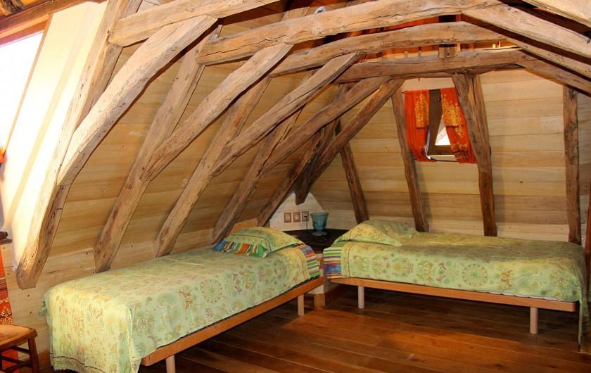 Location de vacances - Gîte à Saint-Cybranet - chambre deux lits étage