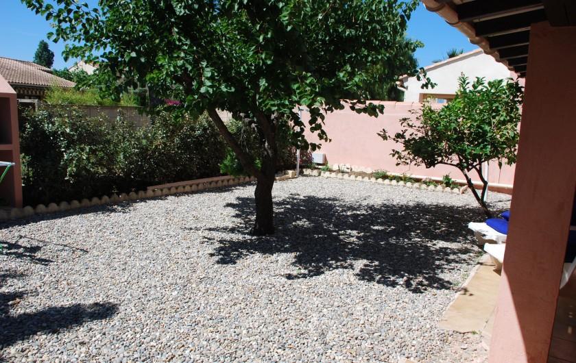 Location de vacances - Villa à La Londe-les-Maures - Jardin côté