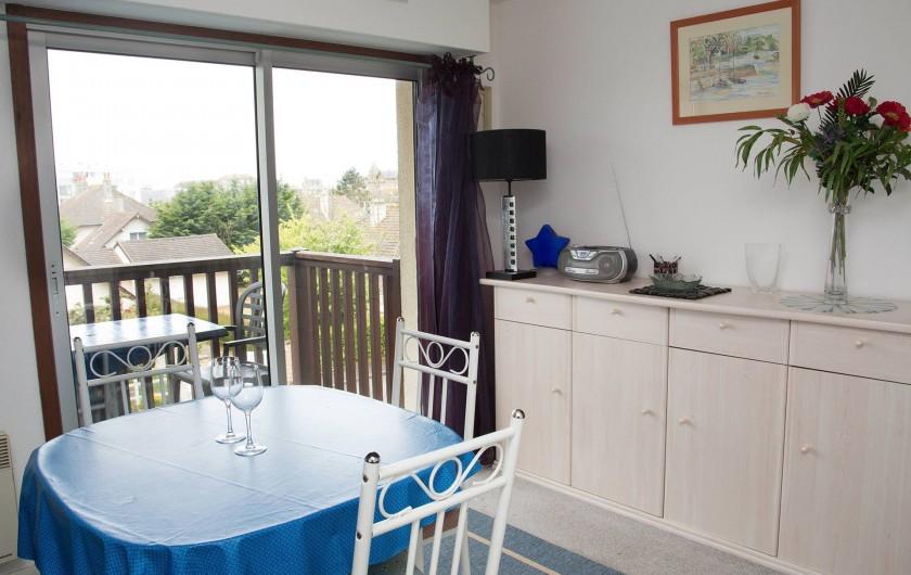 Location de vacances - Appartement à Villers-sur-Mer - Séjour lumineux grâce au balcon avec vue dégagée