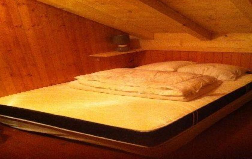 Location de vacances - Chalet à Taninges - première chambre avec lit double