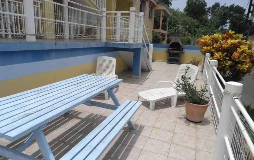 Location de vacances - Appartement à Les Anses-d'Arlet - Terrasse collective (chaises longues, table, barbecue)