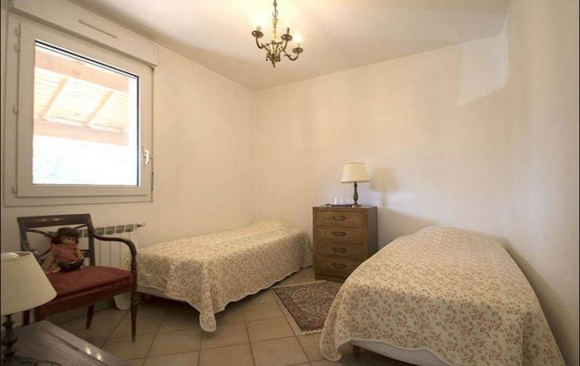 Location de vacances - Gîte à Millau - Chambre 2 lits simple avec lavabo et douche indépendants.