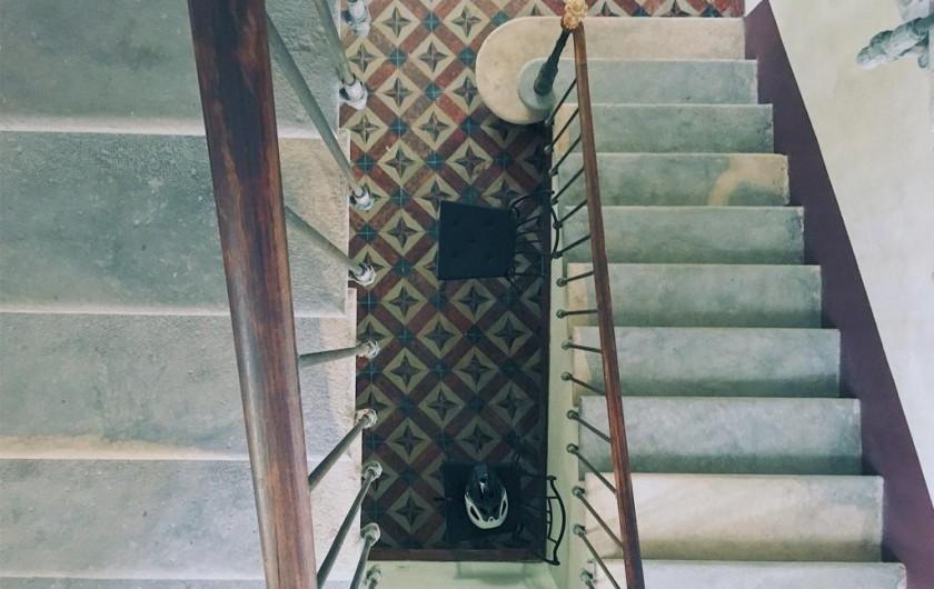 Location de vacances - Gîte à Uchaux - Les escaliers de la maison