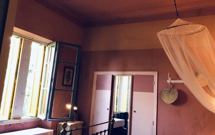 Location de vacances - Maison - Villa à Ajaccio - Chambre rose, placard avec miroir