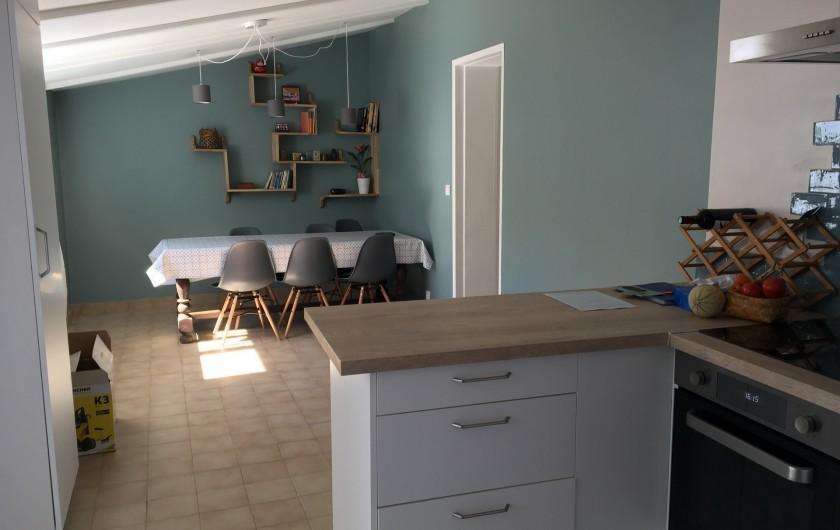 Location de vacances - Villa à Les Sables-d'Olonne - séjour vu depuis la cuisine