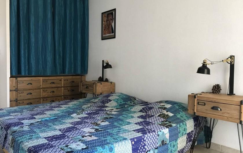 Location de vacances - Appartement à Aigues-Mortes - Chambre bleue avec lits jumelés
