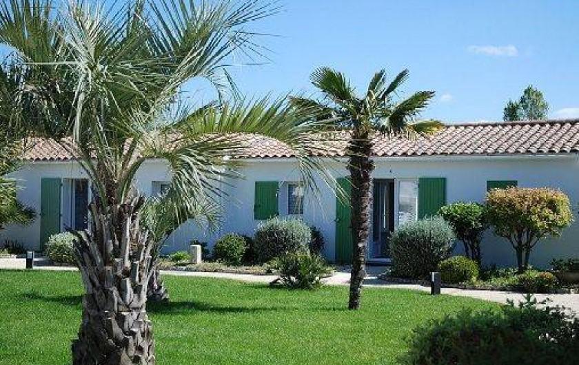 Location de vacances - Maison - Villa à Sainte-Marie-de-Ré - jardin et vue villade plain-pied
