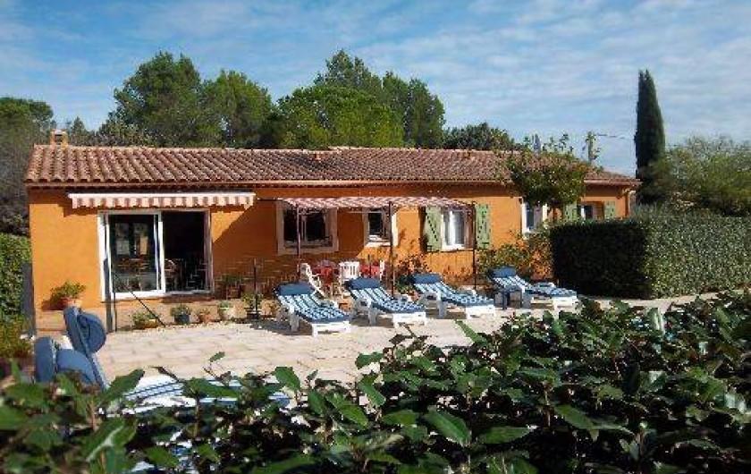 Location de vacances - Villa à Cotignac - Grand terrasse équippée: mobilier, bbq, store enroulable électrique