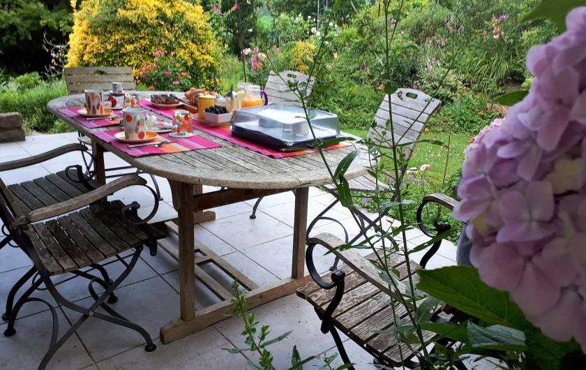 Location de vacances - Chambre d'hôtes à Habas - Petit déjeuner terrasse en juin