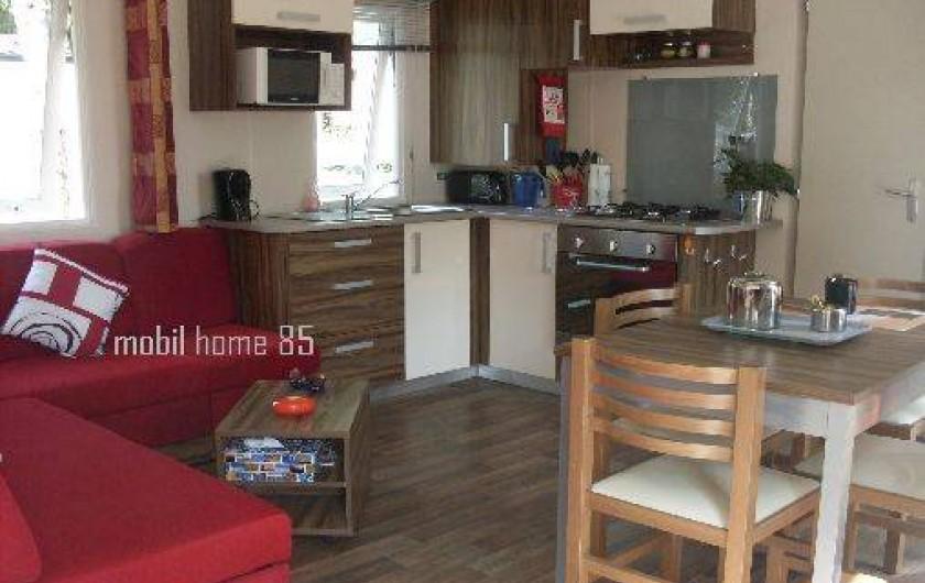 Location de vacances - Camping à Saint-Jean-de-Monts - salle de vie : cuisine et salon 2 chambres