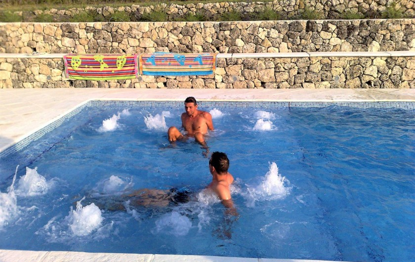 Location de vacances - Chambre d'hôtes à Grasse - la balnéo, dans la piscine.