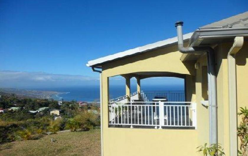 Location de vacances - Villa à Trois Bassins - côté de la villa avec vue panoramique sur lagon