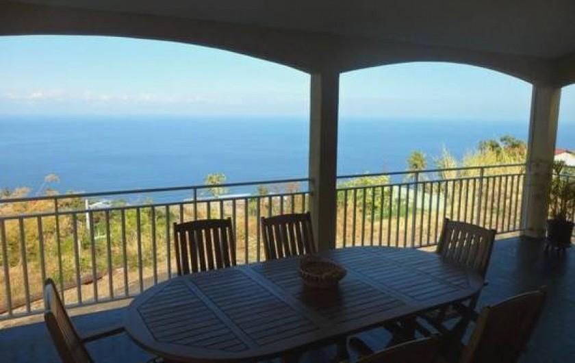 Location de vacances - Villa à Trois Bassins - Grande terrasse vue sur le lagon avec salon en teck