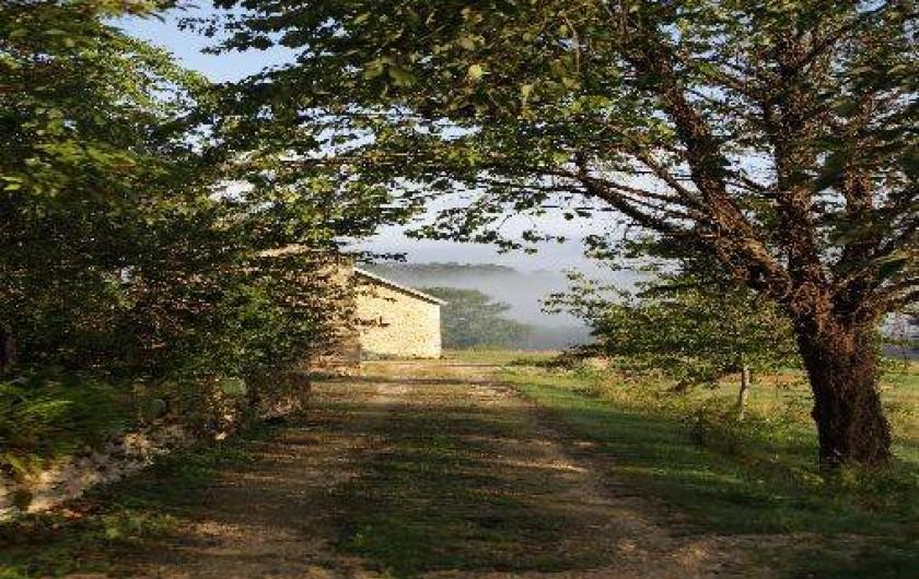Location de vacances - Gîte à Saint-Amand-de-Coly - l'entrée de la propriété menant au gîte