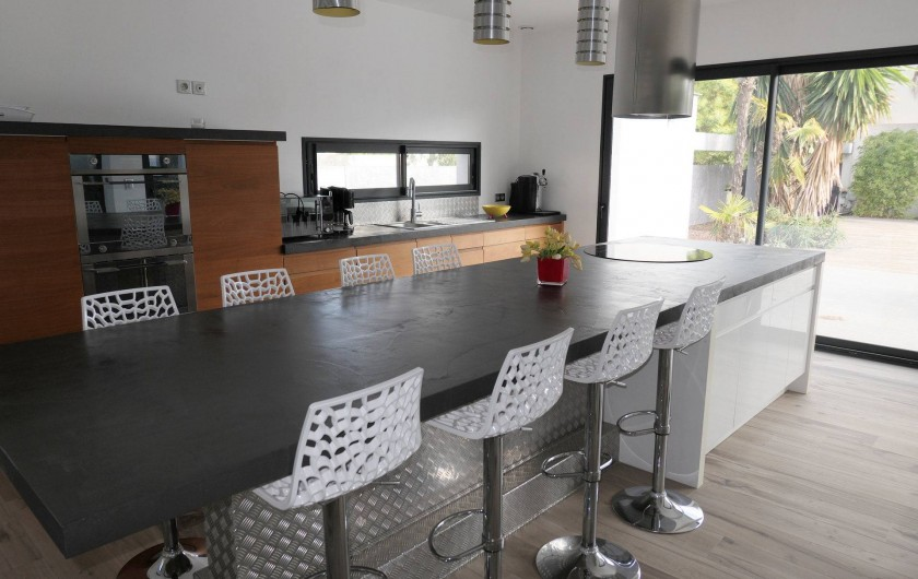 Location de vacances - Villa à Le Cap d'Agde - ilôt central avec feux vitro céramique et hotte