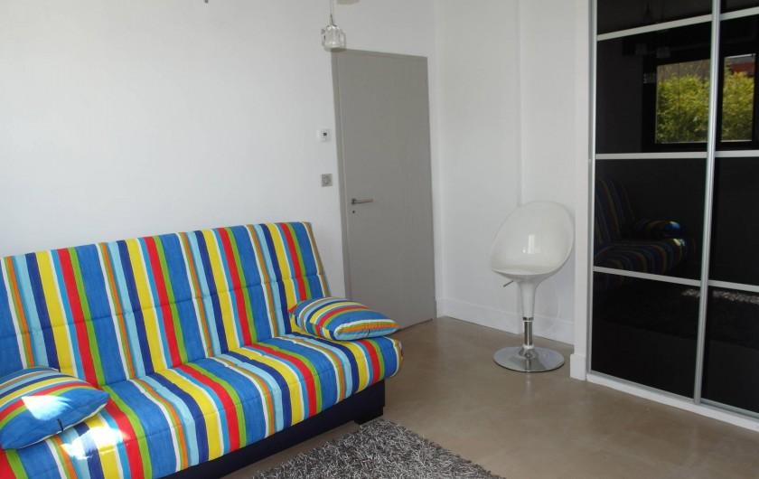 Location de vacances - Villa à Le Cap d'Agde - chambre 4 en bas avec un couchage en canapé