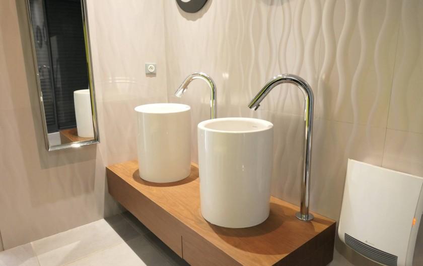 Location de vacances - Villa à Le Cap d'Agde - vasques salle d'eau de l'étage