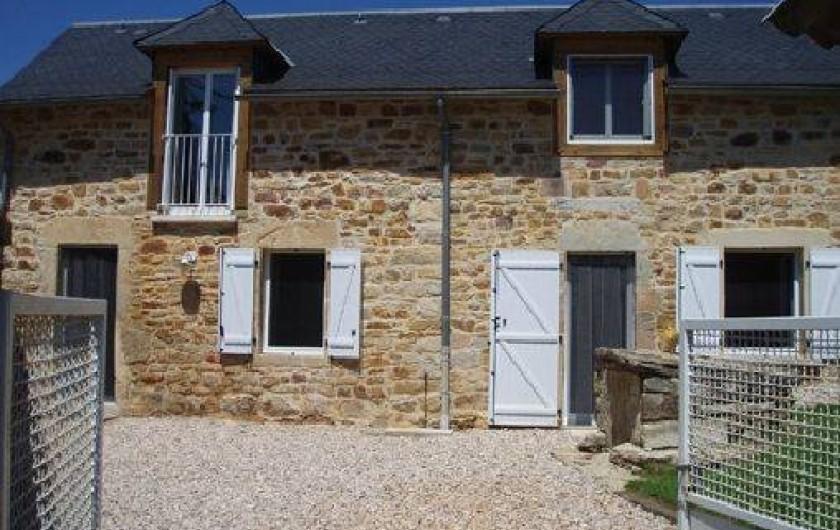 Location de vacances - Maison - Villa à Vimenet - Vue de la maison depuis le portail d'entrée...
