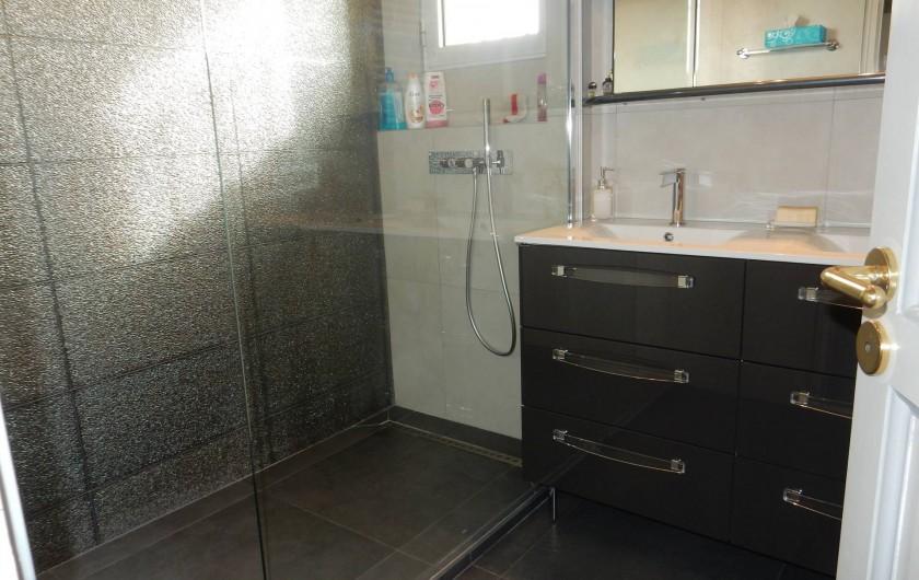 Location de vacances - Villa à Caluire-et-Cuire - salle de bain de l'étage avec douche italienne