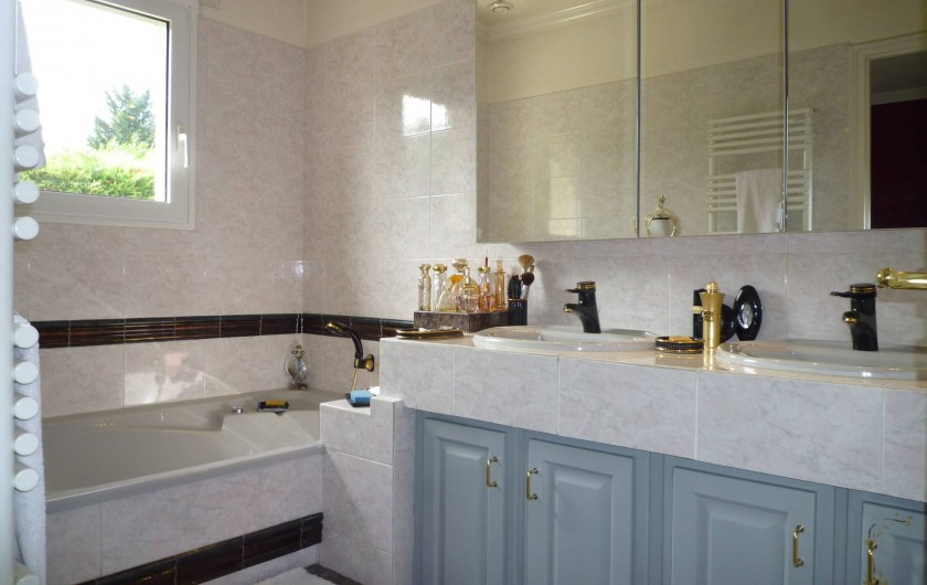 Location de vacances - Villa à Caluire-et-Cuire - la salle de bain du bas attenante à la chambre