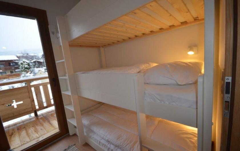Location de vacances - Appartement à Les Gets - Chambre enfants / accès balcon