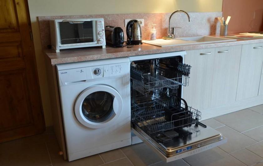 Location de vacances - Chambre d'hôtes à Auty - Lave linge + Lave vaisselle dans la cuisine