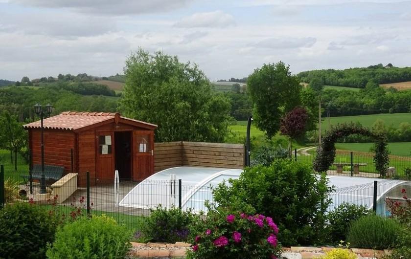 Location de vacances - Chambre d'hôtes à Auty - Vue depuis les chambres sur la piscine et le jardin paysager