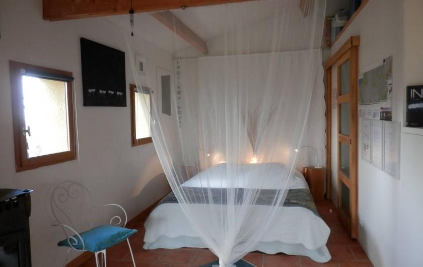 """Location de vacances - Chambre d'hôtes à Faycelles - Le lit """"Queen-size"""" ..."""