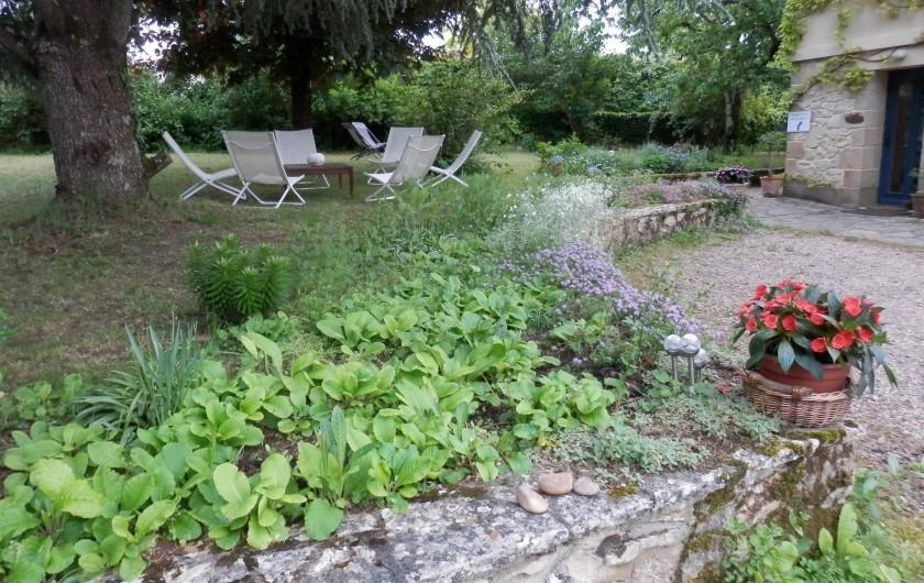 Location de vacances - Chambre d'hôtes à Faycelles - Profiter de l'ombre et du jardin