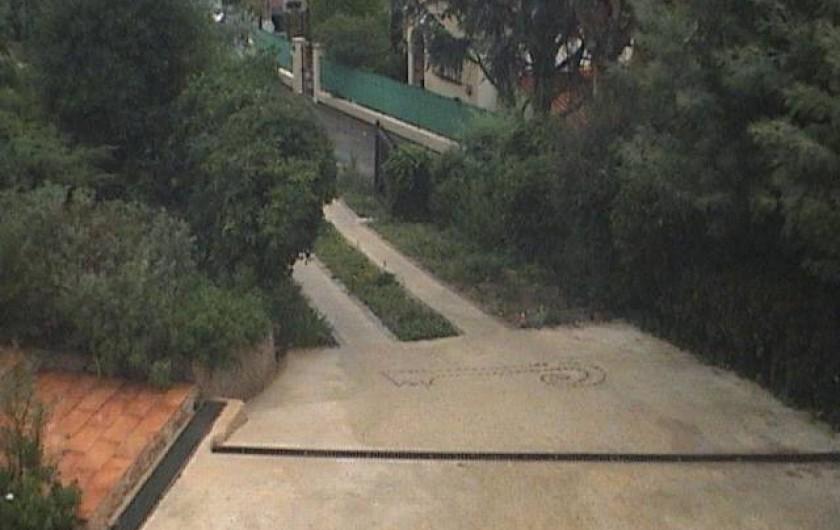 Location de vacances - Villa à Mandelieu-la-Napoule - entrée de la villa parking 2 ou 3 voitures