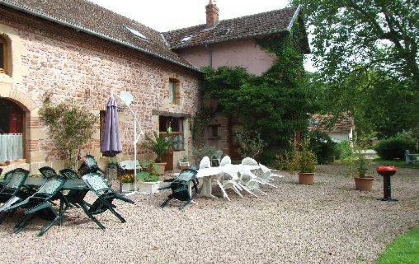 Location de vacances - Maison - Villa à Franchesse - La terrasse des chambres d'hôtes, meubles de jardin, barbecue.