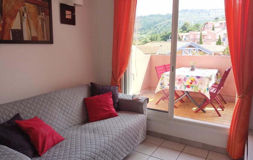 Location de vacances - Appartement à Cerbère - Séjour lumineux avec canapé convertible de qualité