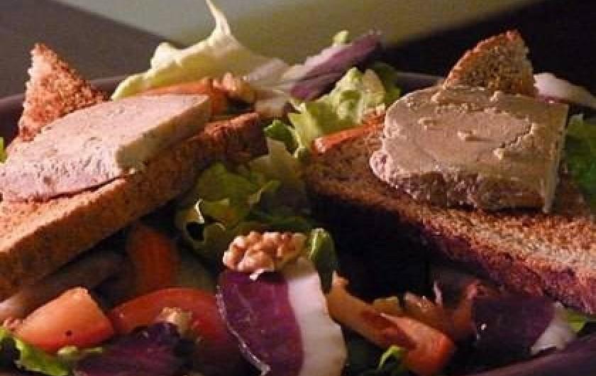 Location de vacances - Chambre d'hôtes à Seysses-Savès - Assiette de foie gras et magret séché