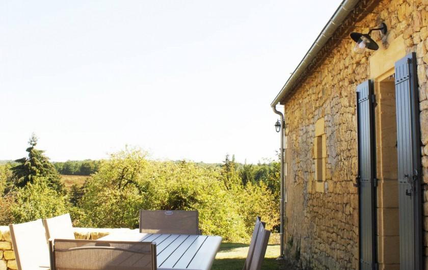 Location de vacances - Gîte à Saint-Avit-Sénieur - terrasse arrière avec barbecue.