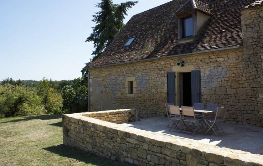 Location de vacances - Gîte à Saint-Avit-Sénieur - terrasse arrière partiellement couverte.
