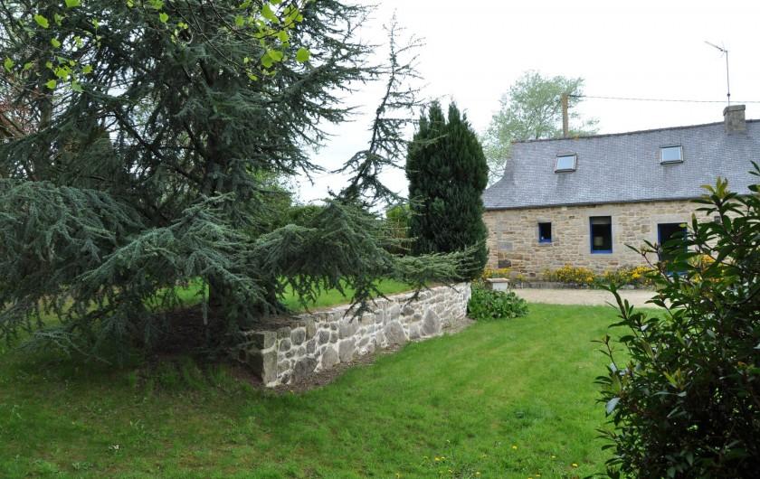 Location de vacances - Gîte à Lanvellec - Ty Coz - façade exposée plein sud, donnant sur jardin paysagé