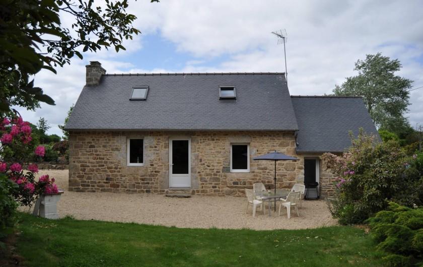 Location de vacances - Gîte à Lanvellec - Ty Nevez - façade vue du jardin aménagé